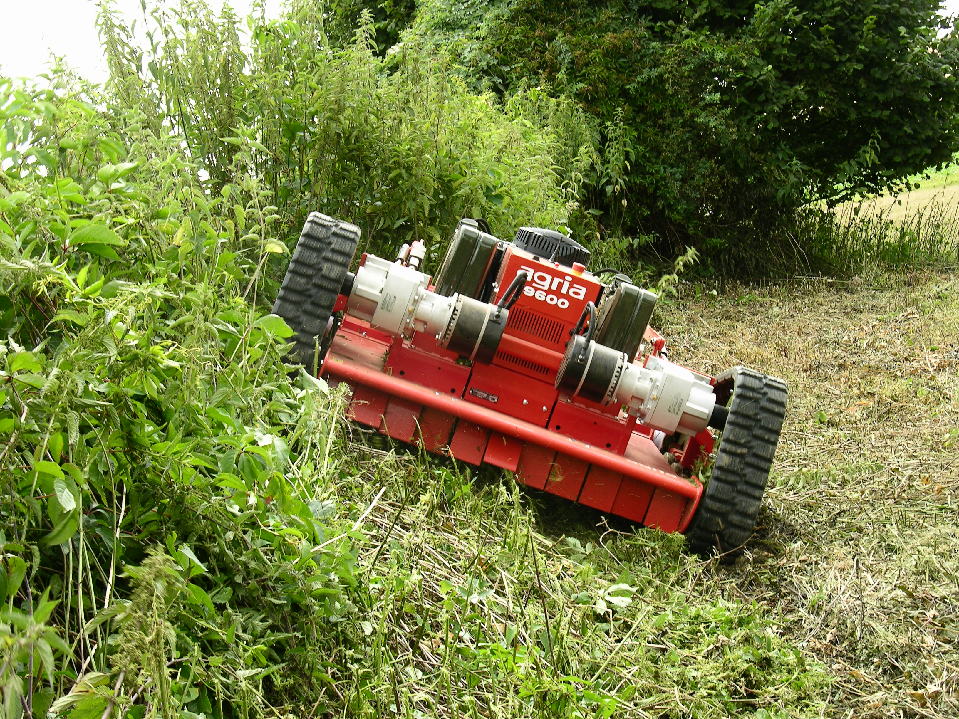 ferngesteuerter hochgras sichelmulcher agria 9600. Black Bedroom Furniture Sets. Home Design Ideas